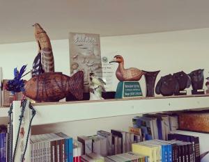 新會館-書架上方擺放飾品