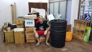 最後一天在舊會館,Scott與丟棄的垃圾合照