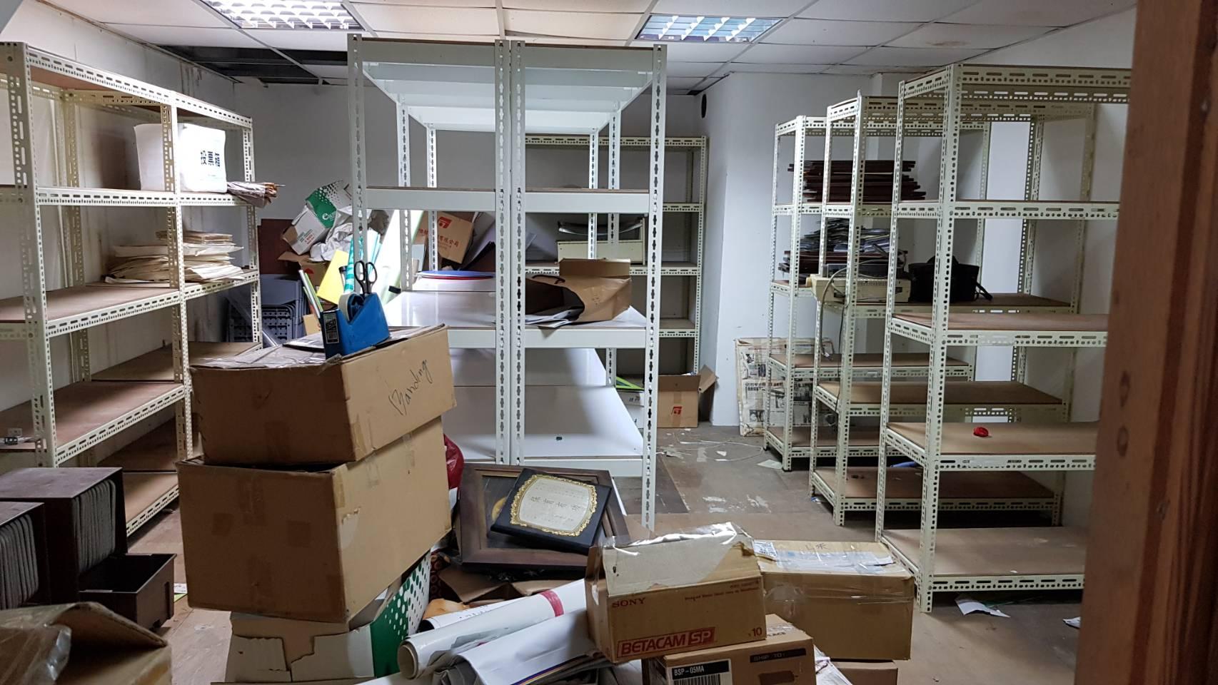 B1倉庫貨架清空,物品打包裝箱